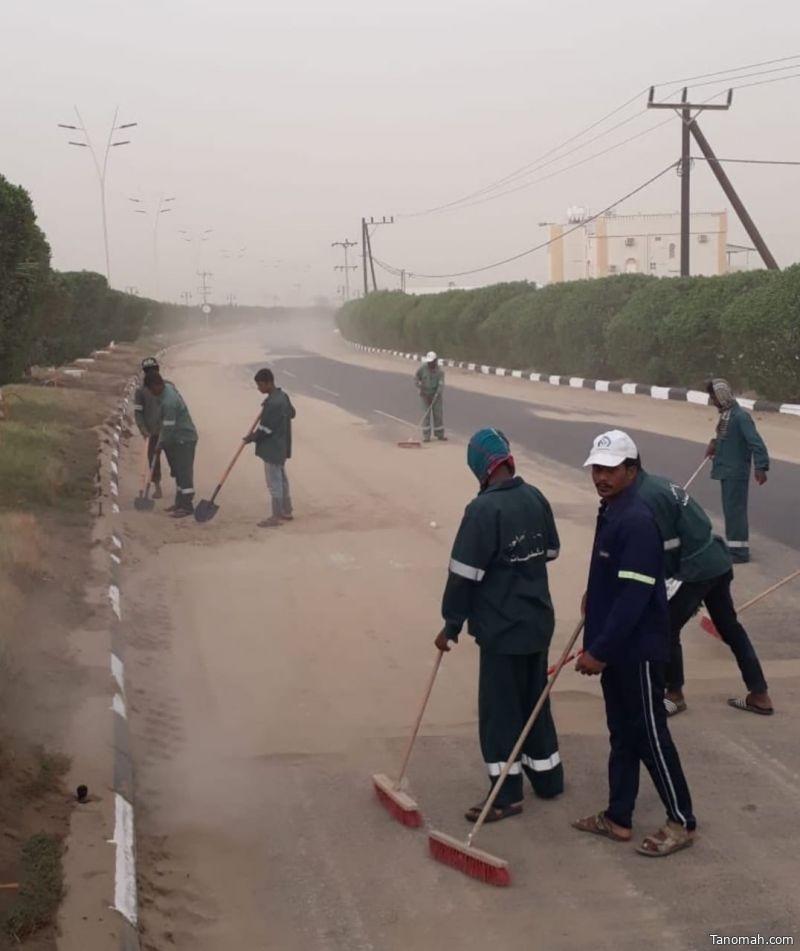 """إزالة الرمال والأتربة من الطرق الرئيسية والفرعية بـ """"ساحل عسير"""""""