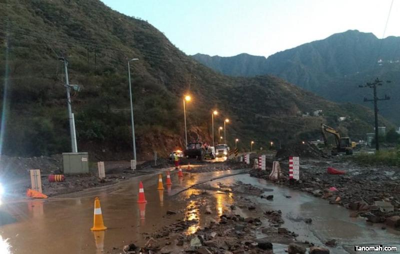 """""""نقل عسير"""" يباشر عدداً من الطرق المتضررة من سيول رجال ألمع"""