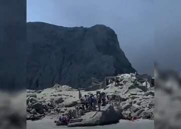 بركان في #نيوزلندا يثور أثناء وجود سياح