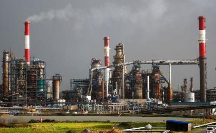 النفط الى أقل سعر له في أكثر من عام ويتكبد أكبر خسارة أسبوعية