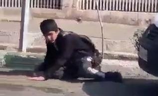 #فيديو يُظهر طالباً في شارع بـ #ايران متأثراً بـ #فيروس_كورونا