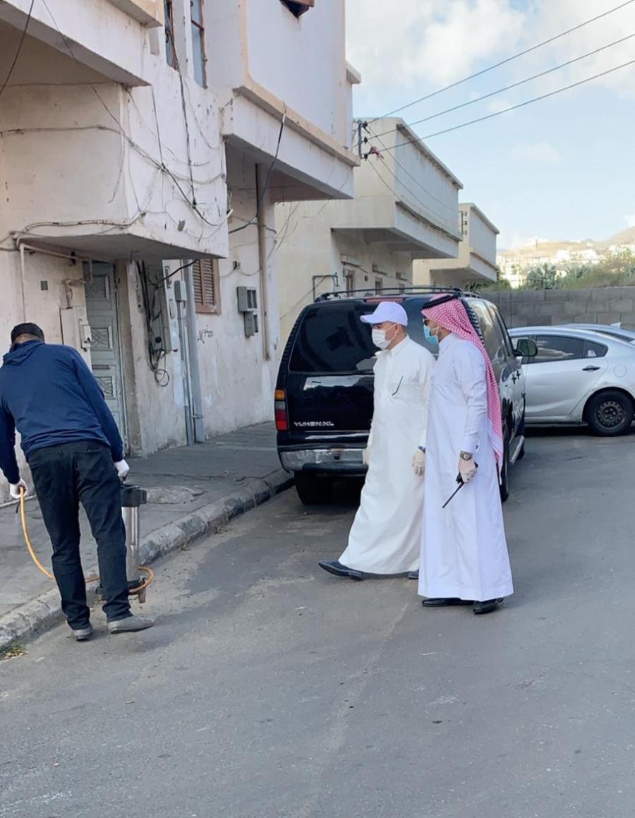 أمين عسير يباشر اعمال حملة تطهير و تعقيم أحياء و مرافق مدينة أبها