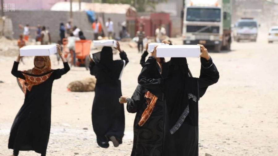 مركز الملك سلمان للإغاثة يوزع 2,450 كرتون تمور في محافظة عدن