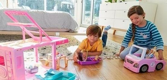 دراسة: لعب #الأطفال بالدمى يساعد على تطوير التعاطف والمهارات افضل من #الأجهزة_الذكية