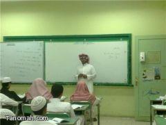 معلم الرياضيات في ثانوية أبي بكر الصديق يقدم دروس تقوية للطلاب بالمجان
