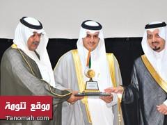 الاستاذ خالد بن عبدالله بن شار يتسلم جائزة أبها من يد أمير عسير