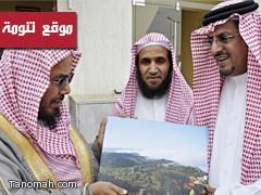 الشيخ المطلق يزور المركز الإعلامي بالنماص