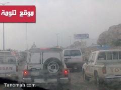 حادث تصادم يغلق الطريق العام في تنومة