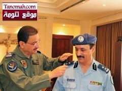 الأمير منصور بن بندر يقلد اللواء علي بن ظافر رتبته الجديدة