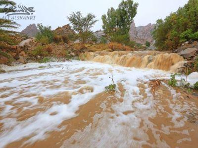 سيل وادي قرية آل خضاري بمحافظة تنومة عصر الأحد17-10-1436هـ (صور+فيديو)