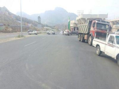 اصطدام سيارة بشاحنة محملة بالصخور شمال تنومة