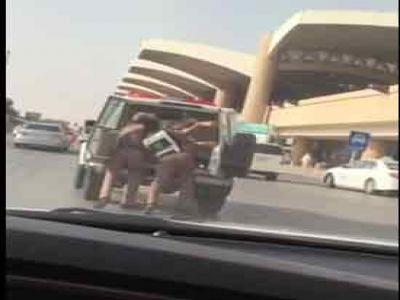 فيديو: شاب يصارع رجال المرور للإفلات منهم
