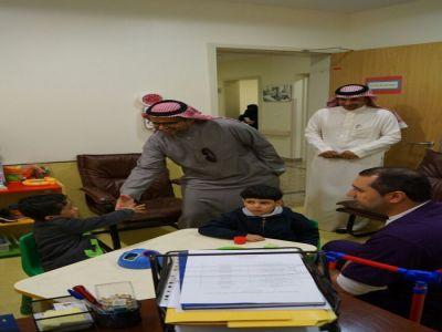 مدير مركز روح الإصرار  يزور الأطفال المعوقين