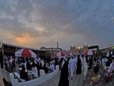 مهرجان أبها للتسوق يستقبل زواره في أجواء ماطرة