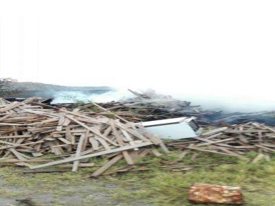 الدفاع المدني يخمد حريق في حوش اخشاب بتنومة