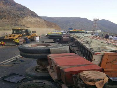 حادث اصطدام شاحنتين يغلق عقبة شعار