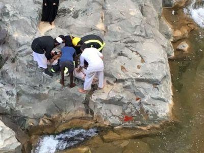 بالصور: الدفاع المدني ينقذ أربعيني سقط في مكان وعر بـ #النماص