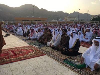 آل محضي يتقدم المصلين في صلاة عيدالفطر المبارك ويستقبل المهنئين