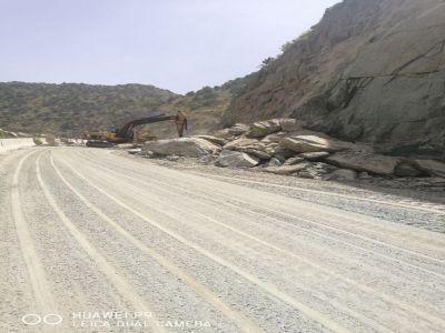 """بالصور: الصخور المتساقطة كادت أن تغلق """"عقبة القامة"""" ومعدات البلدية تبادر في ازالتها"""