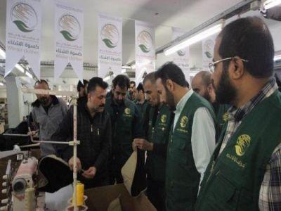 فريق مركز الملك سلمان للإغاثة يقف على مصانع الكسوة الشتوية للنازحين السوريين