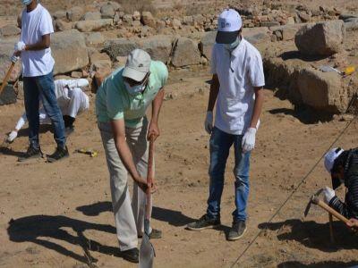 العمرة يشارك ٣٠ طالبا من  جامعة الملك خالد التنقيب بموقع جُرش الأثري