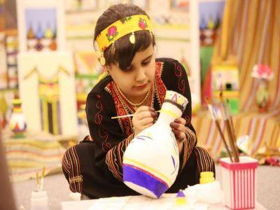 نورال الشهري: طفلة تخطف أضواء زوار قرية عسير في الجنادرية بإجادتها فن القط والنقش