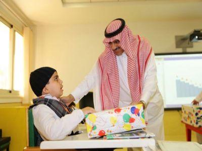 مدير جامعة لملك خالد يزور الأطفال المعوقين بعسير
