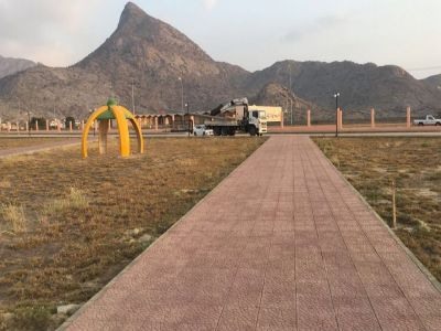 بلدية بارق تقوم بتركيب أعمدة الإنارة لحديقة ثلوث المنظر