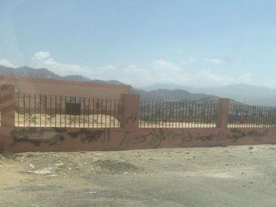 معاناة بلدية بارق تتواصل مع التخريب بإحراق ملعب و كتابة على جدران حضاري ثلوث المنظر