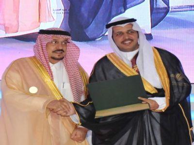 أمير الرياض يكرم عماد آل منفر لحصولة على مرتبة الشرف الأولى في نيل درجة الماجستير