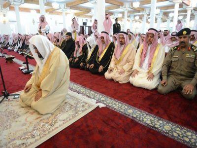 أمير عسير يتقدم المصلين لصلاة الاستسقاء