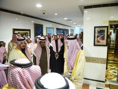 الأمير فيصل بن خالد و سـمـو  نائبـه يلتقيان الشديدي وبن خزيم المتنازلَيْن عن قاتلا ذويهِما