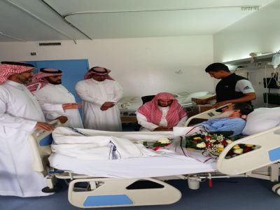 """وزير الشؤون الإسلامية يطمئن على الحالة الصحية لخطيب النماص الذي اعتدي عليه """"الجمعة"""""""
