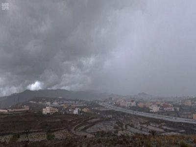 أمطار غزيرة على عسير وجهود حثيثة من الدفاع المدني والأمانة لمتابعة الحالة المطرية