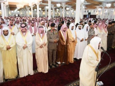سمو أمير منطقة عسير يتقدم المصلين لصلاة عيد الفطر المبارك