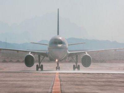 """لحظة هبوط أول طائرة بمطار """"نيوم"""".. وكيف استُقبلت"""
