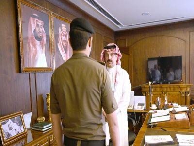 أمير عسير يكرم رجل الأمن حسن الشهري