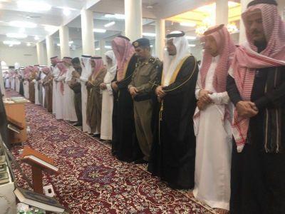 محافظ تنومة يتقدم المصلين في صلاة العيد ويستقبل المهنئين