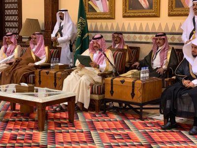 بتوجيه من الملك سلمان:الأمير تركي بن طلال يسلّم ذوي الشهداء والمصابين منحهم الملكية