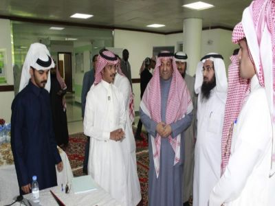 عميد الأعمال بجامعة الملك خالد يشهد تدشين مشاريع تخرج نظم المعلومات الإدارية