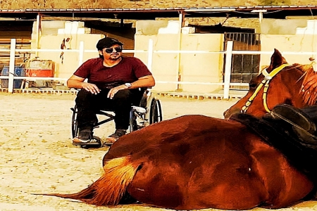 بالصور: شاب من ذوي الاحتياجات الخاصة تتحقق أمنيته في ركوب الخيل