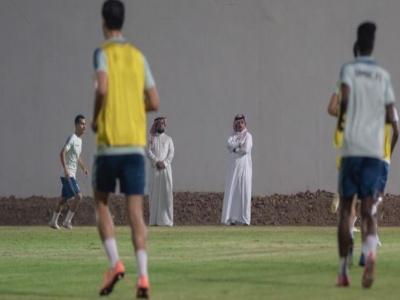شاهد الأمير تركي بن طلال امير عسير يساند فريق ضمك من الهبوط
