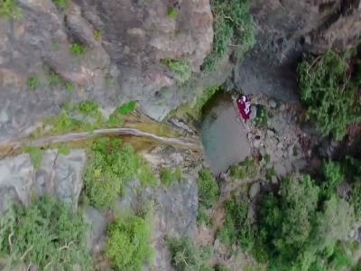شاهد جمال الطبيعة والشلال المنهمر من قمم الجبال في تهامة بللسمر
